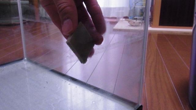 3Mのスポンジ研磨材で炭酸カルシウムを落とす