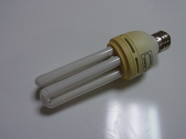割れちゃった…紫外線ライトはレプティサンで本当にいいの?