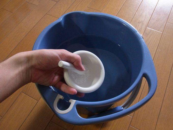 メトロニダゾールの粉末を溶かす