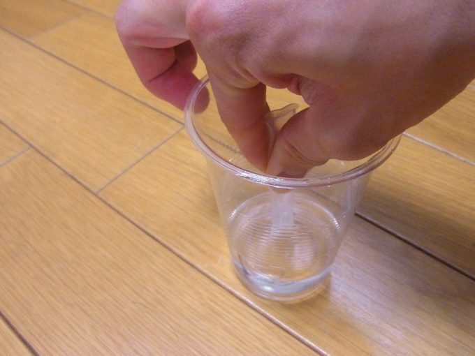 検査薬の紐を抜いて水を吸い込ませ少し振り混ぜる