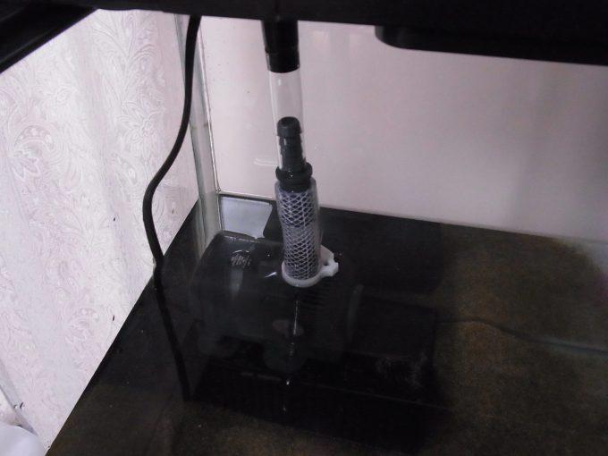 揚水ポンプと上部フィルターを接続